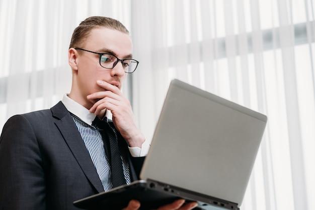 オフィスで働くビジネスマン。