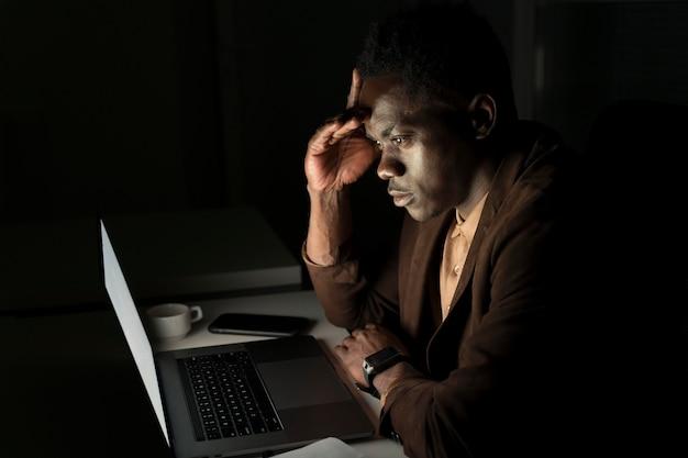 オフィスで遅くまで働くビジネスマン