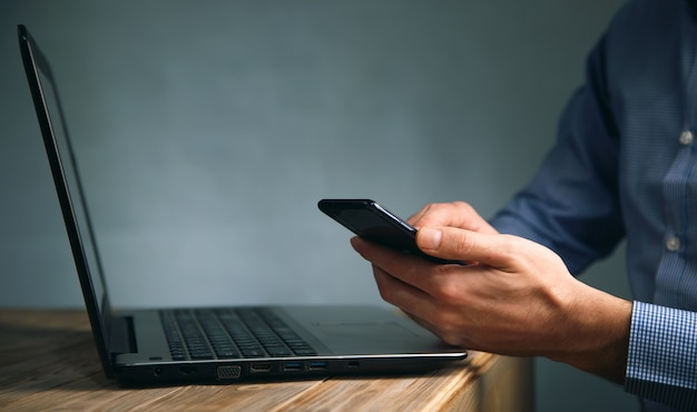 컴퓨터와 휴대 전화에서 작업하는 비지니스 맨 프리미엄 사진
