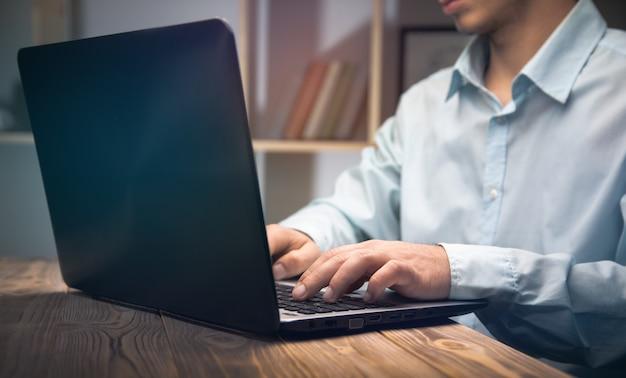 사무실에있는 컴퓨터에서 작업하는 비지니스 맨