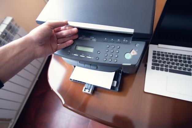 비즈니스 남자 작업 프린터 및 컴퓨터