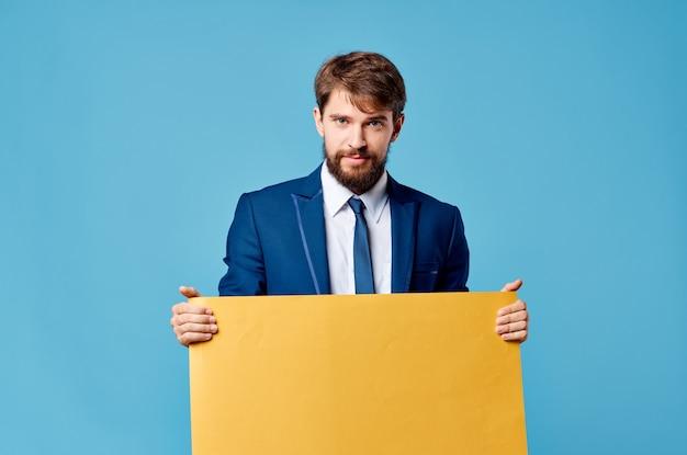Деловой человек желтый баннер рекламная презентация копией пространства