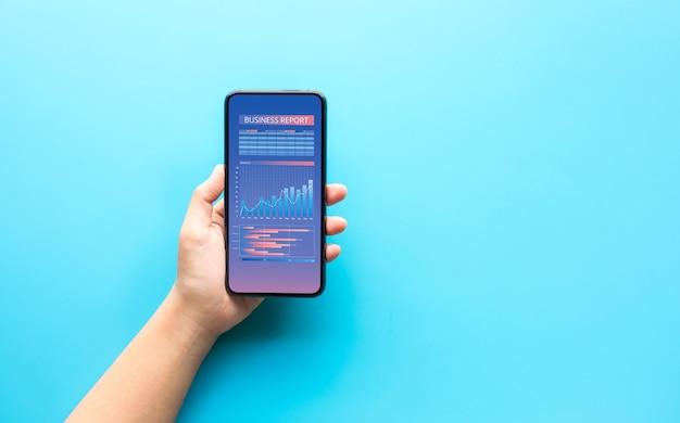 Управление бизнесом с помощью человека, показывающего смартфон и информационные данные на экране. копирование пространства