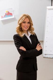 회의 사무원의 작업 관리자의 비즈니스 관리자가 프로젝트를 발표합니다.