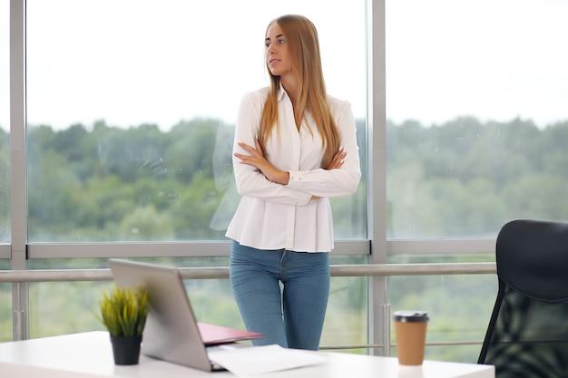 法定保護の弁護士である女性のビジネスマネジャー。