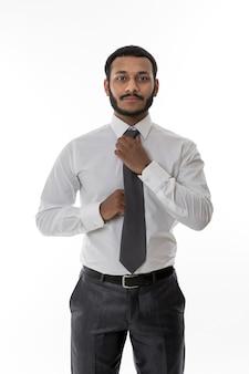 비즈니스 관리자는 사무실에서 넥타이 검은 점원을 곧게 만듭니다.