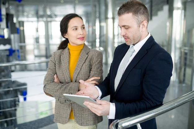 女性従業員とビジネスマネージャー