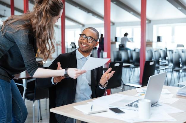 Бизнес-менеджеры, работающие с новым стартапом в офисе