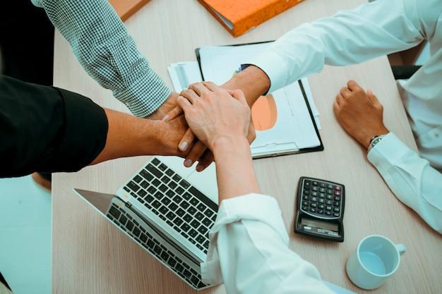 Команда бизнес-мужчин в конференц-зале
