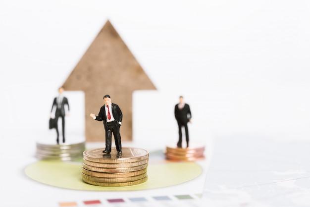 Акции роста доли рынка бизнеса, миниатюрные деловые люди стоят на золотых монетах с фоном диаграммы диаграммы