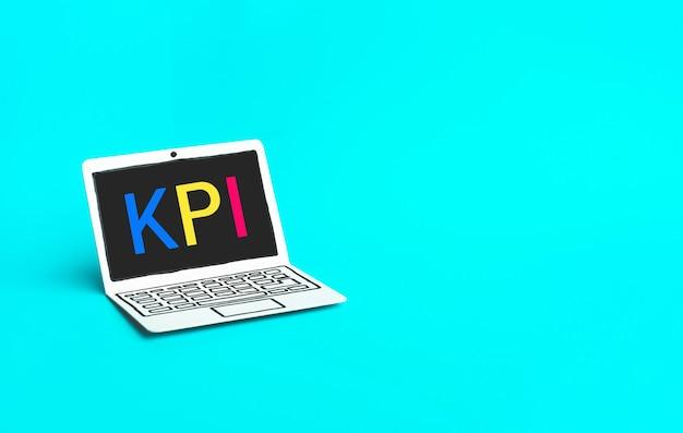 紙のモックアップラップトップ上のkpiテキストを使用したビジネスマーケティングの概念