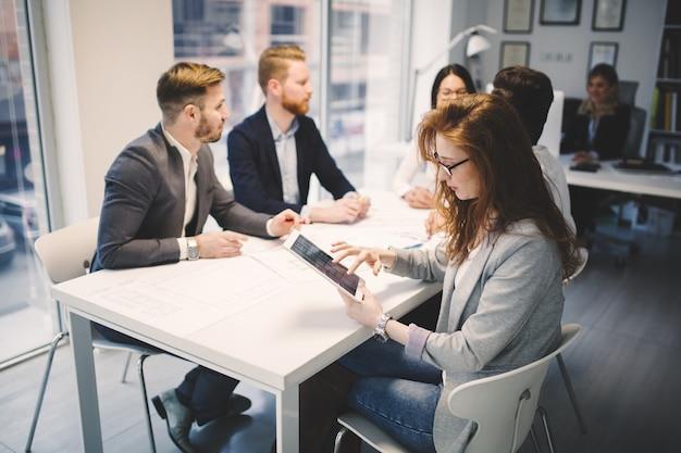 Деловая встреча и сотрудничество деловых людей в офисе