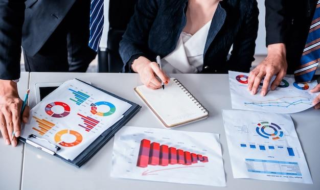비즈니스 미팅 및 마케팅 이익에 대해 동료들과 논의