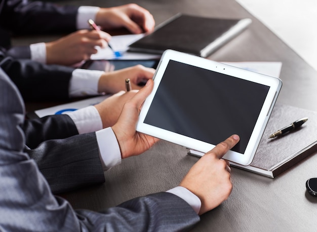 Деловая встреча. группа деловых людей, работающих с цифровыми
