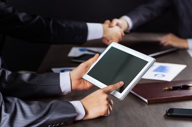 ビジネスミーティング。デジタルで働くビジネスマンのグループ