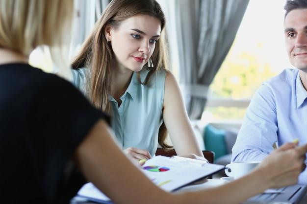 Деловая встреча в кафе молодые бизнесмены обсуждают вопросы