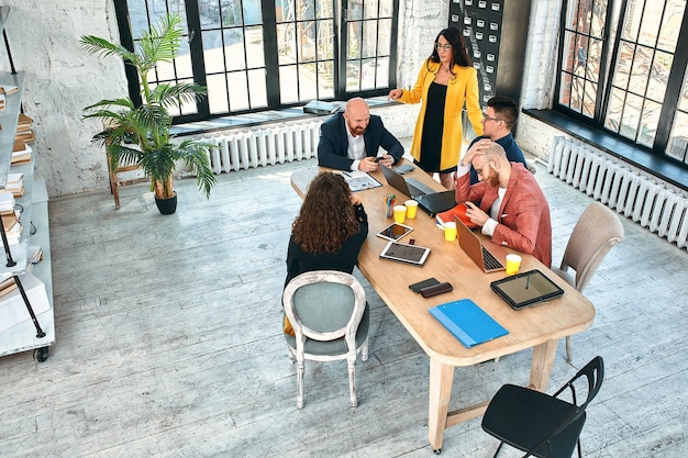 사무실에서 비즈니스 회의, 기업인 문서 또는 프로젝트에 대해 논의하고 있습니다. 선택적 초점