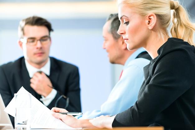 비즈니스-사무실에서 회의, 상사와 팀이있는 기업인이 랩톱 컴퓨터에서 문서를 논의하고 있습니다.