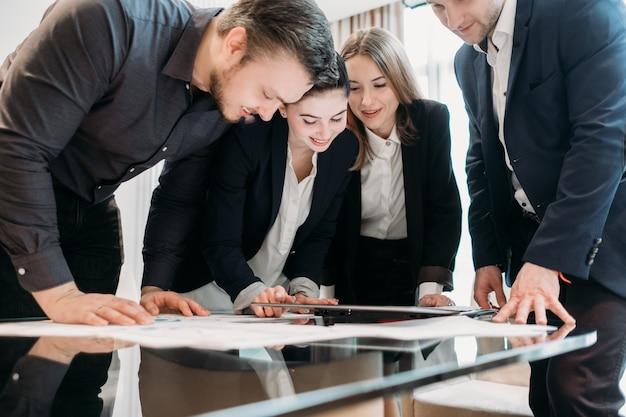 オフィスワークスペースでのビジネス会議。コミュニケーションする人々