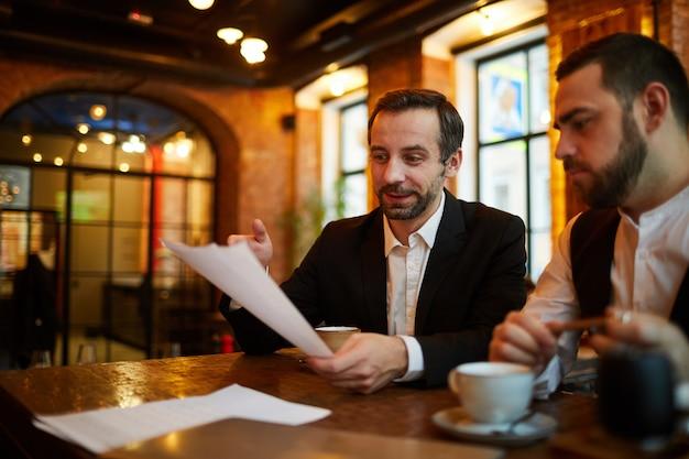 レストランでのビジネスミーティング