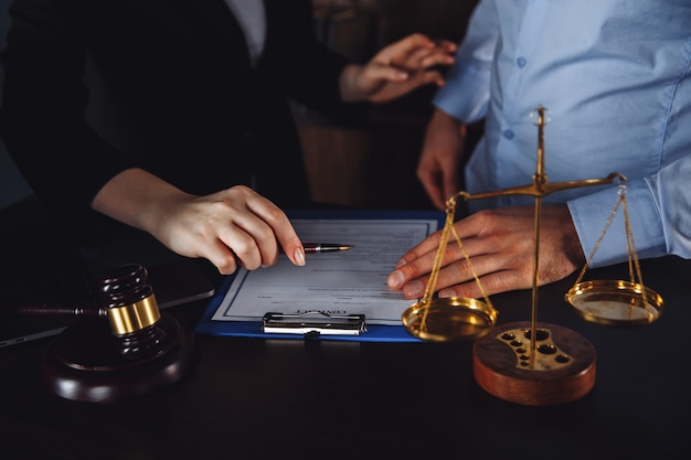Деловая встреча в офисе юриста. адвокатское консультирование.