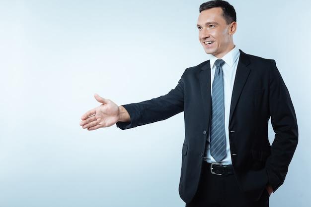 비즈니스 회의. 비즈니스 회의를하는 동안 그의 손을주고 웃고 즐거운 기쁘게 긍정적 인 사람