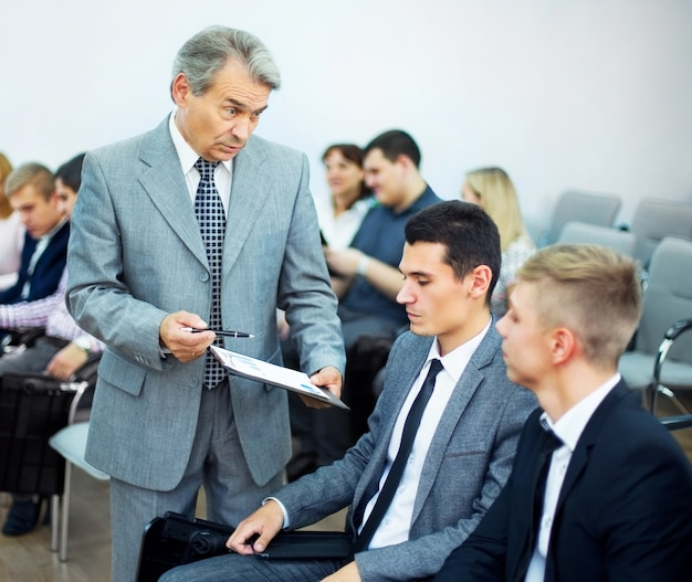 비즈니스 회의-그의 동료와 함께 작업을 논의하는 관리자