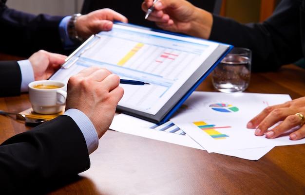 차트에 비즈니스 회의 프리미엄 사진