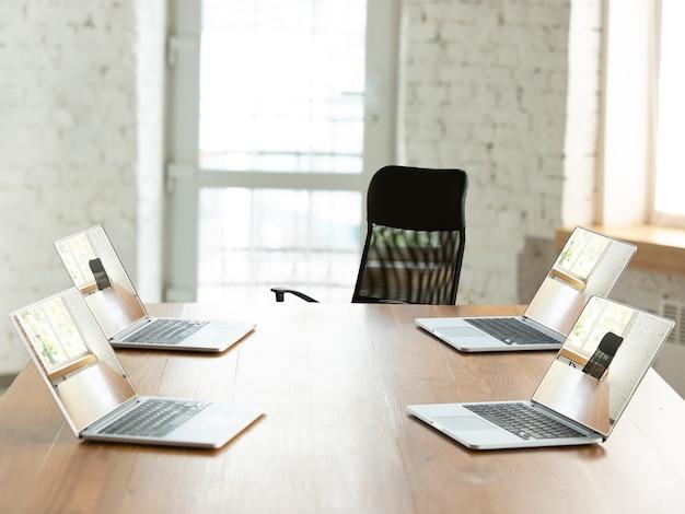 Деловая встреча онлайн во время карантина по коронавирусу. все встречи проходят удаленно, работа в офисе. окончание или прерывание удаленной конференции с коллегой, грамотное использование современных устройств.