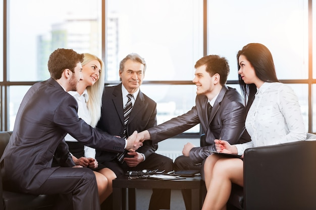 経営陣と握手との商談