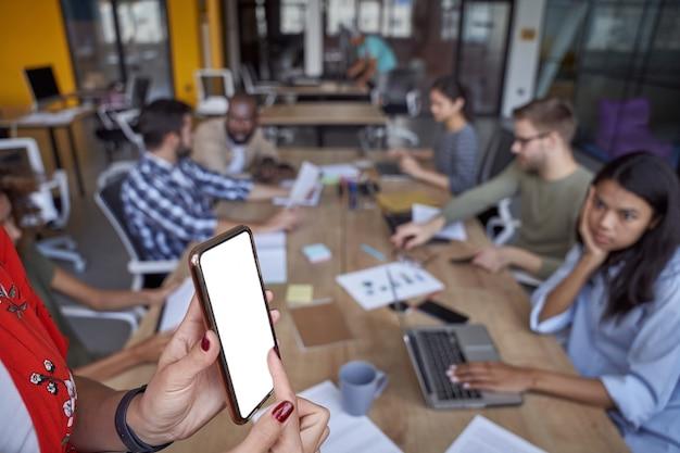 회의를 하는 현대 사무실에서 일하는 젊은 다문화 사업가들