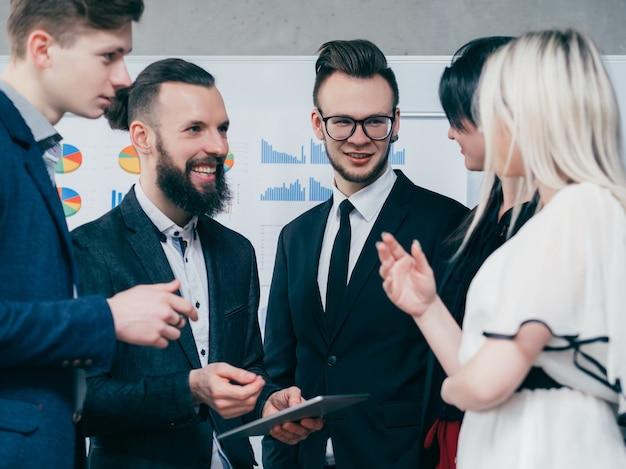 ビジネスミートアップ。経験交換。キャリアの成長。機会について話し合う若い成功者。