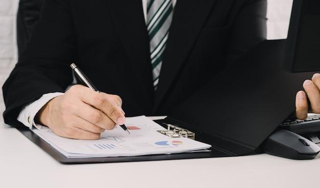 사업가 그래프를 분석하고 판매 성장을 확인합니다.
