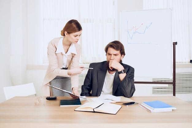Деловые мужчины и женщины за рабочим столом, офис, общение, эмоции