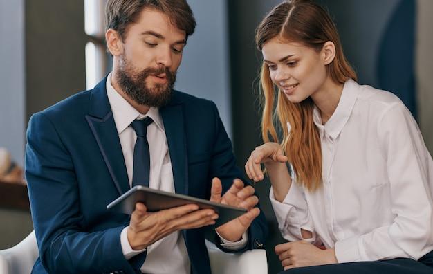 技術の専門家の手で仕事のタブレットでビジネスの男性と女性の同僚