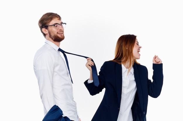 スーツを着たビジネスの男性と女性が並んで立っている通信金融事務所