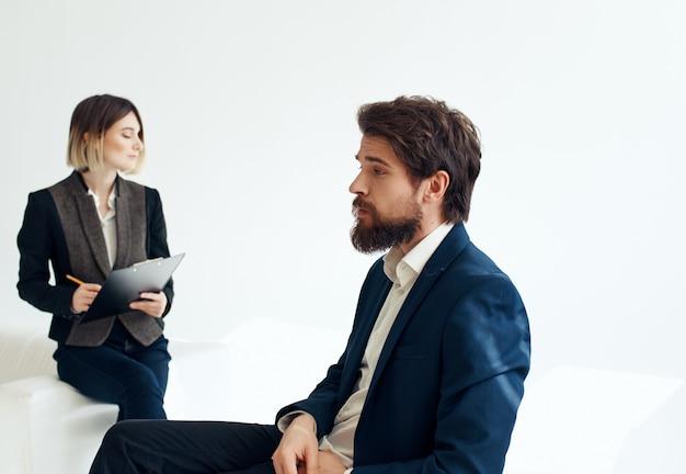 ビジネスの男性と女性のオフィスの就職の面接チーム