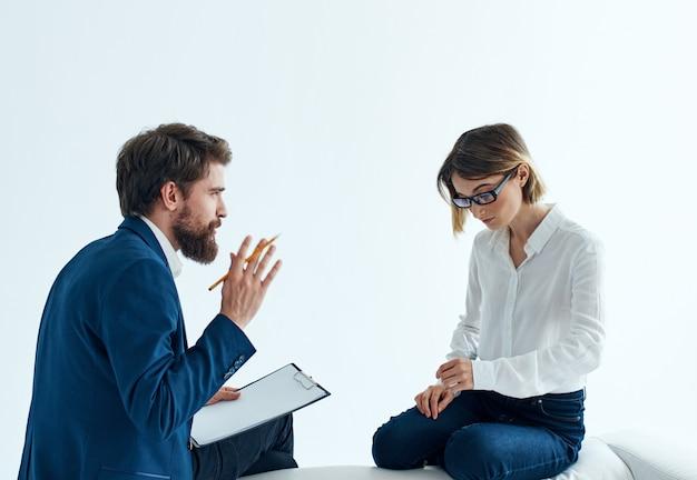 비즈니스 남성과 여성은 소파에 앉아 직원 심리를 전달합니다.