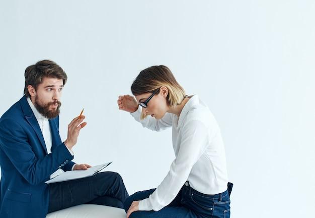 ビジネスの男性と女性がソファに座って従業員の心理を伝えます