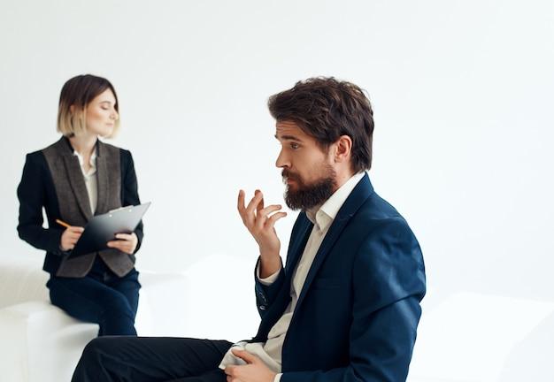 ビジネスの男性と女性の仕事仲間のコミュニケーションチーム