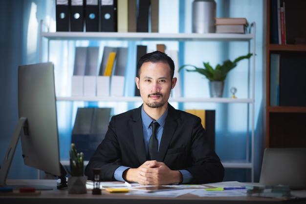 Деловые люди планируют свои бизнес-планы для растущей компании.