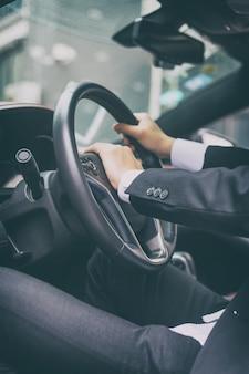 사업가 자신의 차에서 자동차를 운전