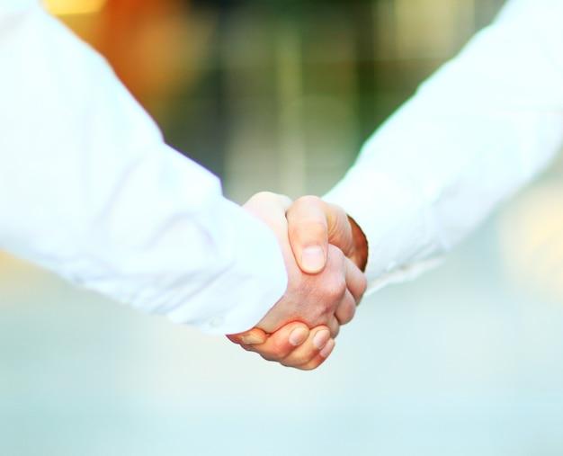 ビジネスの男性がオフィスで握手