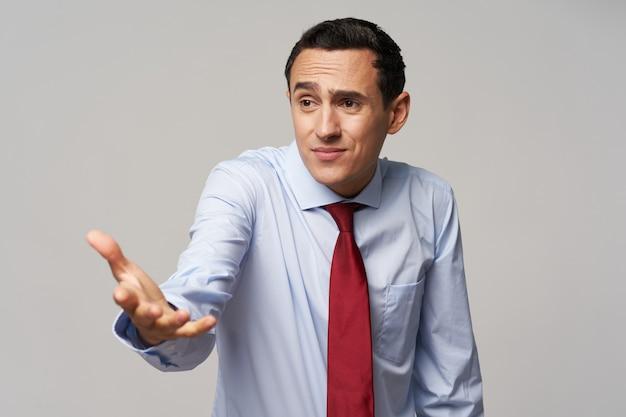 셔츠와 넥타이 회색 벽에 측면에 손을 보여주는 사업가 자른보기