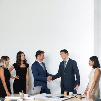Uomini d'affari che agitano le mani vista frontale