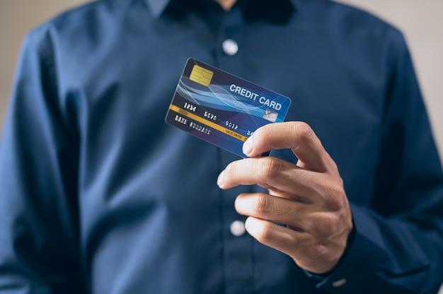 Деловые люди используют кредитные карты в синем