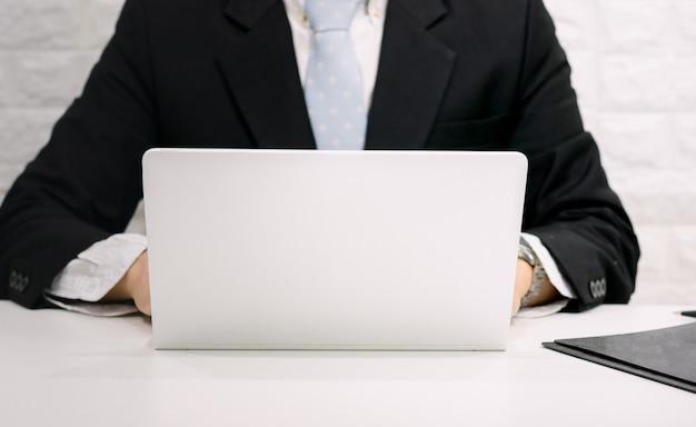 사업가 책상에 컴퓨터를 사용하여 작업