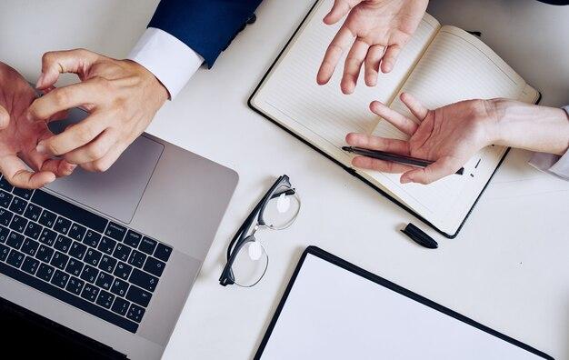 Деловые мужские руки документы очки ноутбук клавиатура монитор блокнот.