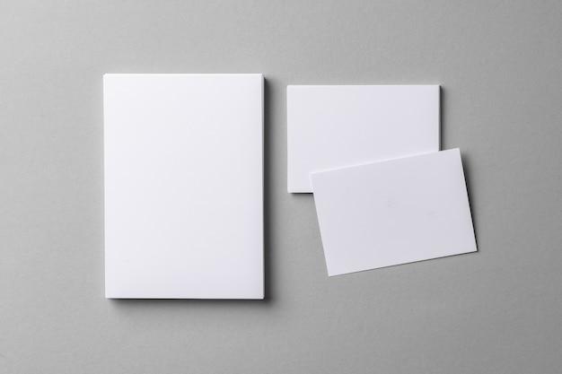 Бизнес макет карты с копией пространства на сером