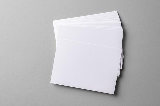 灰色のコピースペースを持つビジネスモックアップカード